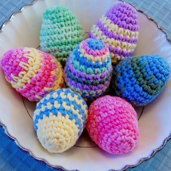Вязанные пасхальные яйца можно