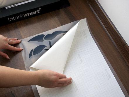 Используем виниловые наклейки на обои в интерьере