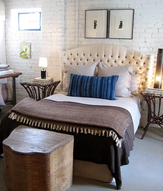 Кирпичная стена в спальне: 16 фотоидей