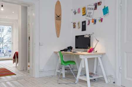 Уютный дизайн кухни с банкеткой в яркой шведской квартире