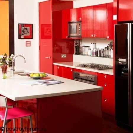 Драматически эффектная черно-красная кухня: 30 смелых идей для азартных натур