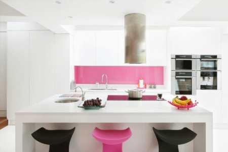 Интерьер кухни с женским характером: игривый дизайн в розовом цвете