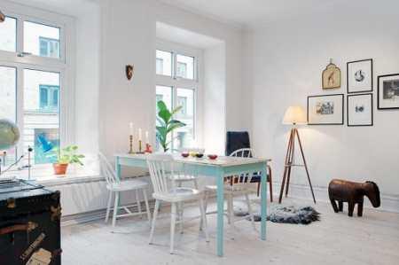 Белая кухня с зеленым фартуком в классическом шведском интерьере