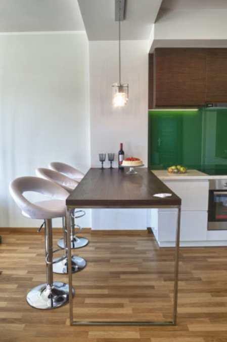 Вариант дизайна угловой кухни с барной стойкой в студийной планировке