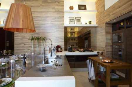 Уютная кухня с «винным погребком» для ценителей благородных напитков