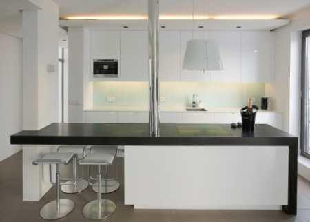 Компактная кухня студия в Рейкьявике: северный минимализм в черно-белой гамме