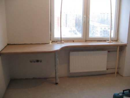 Стол-подоконник на кухне: варианты исполнения и возможные сложности