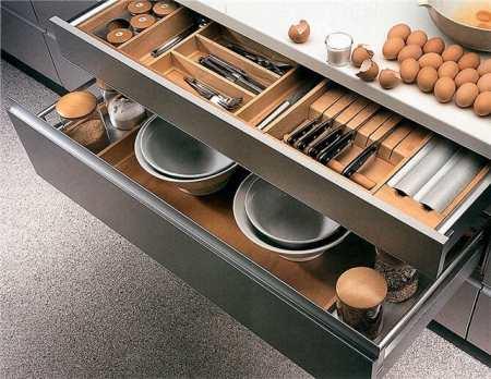 Как обставить «дюймовочку»: умные кухонные гарнитуры для маленькой кухни
