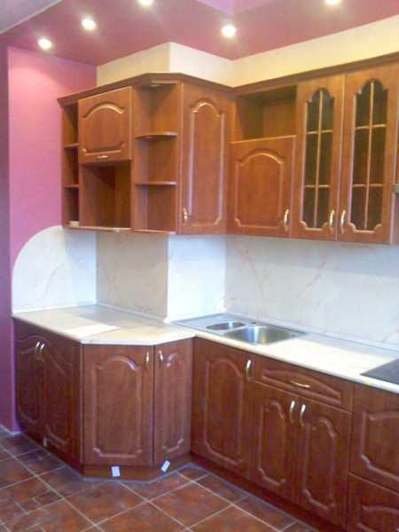 Кухня с вентиляционным коробом в углу: варианты планировки