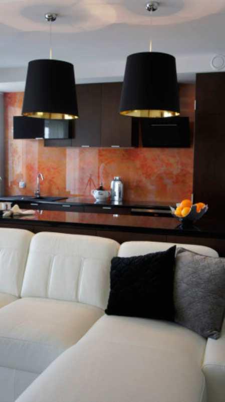 Стильная коричнево черно красная кухня в гданьской «однушке&#187
