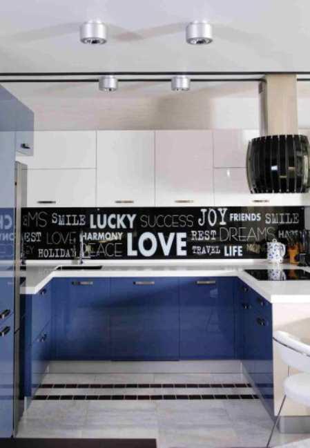 Яркая кухня-студия в Одессе с «любвеобильным» черно-белым фартуком