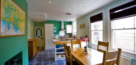 Оформляем интерьер кухни своими руками: примеры декора стен, потолка, окон и мебели